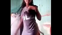 Mulher grava vídeo dançando, mostrando a bunda!