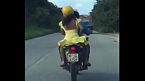 Esto de moto de calcinha de fora
