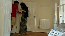 एक युवा लड़की को उसकी इच्छा के खिलाफ एक अपराधी द्वारा गड़बड़ कर दिया जाता है