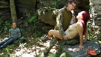Mary è con il suo fidanzato nel bosco quando viene rapita e scopata da un bruto armato.
